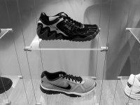 buty sportowe na półce w sklepie
