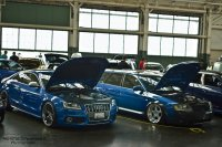 niebieskie samochody w warsztacie