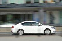 biały samochód w trakcie jazdy