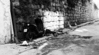 skuter zaparkowany przy murze